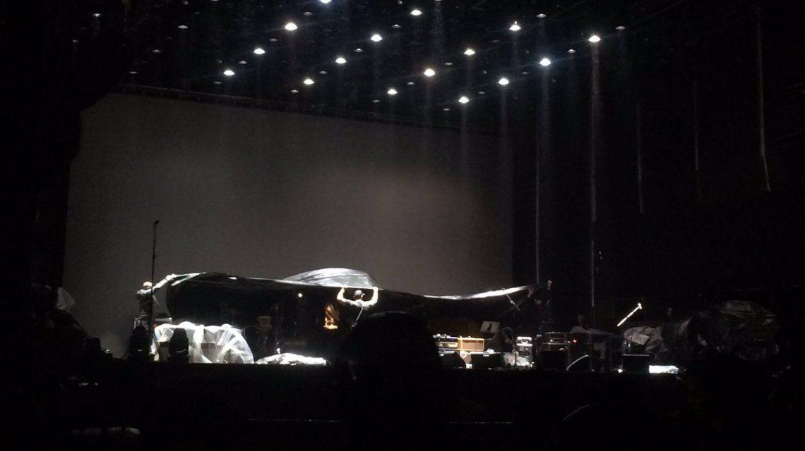 El escenario de John Mayer tapado para que no lo dañe la lluvia