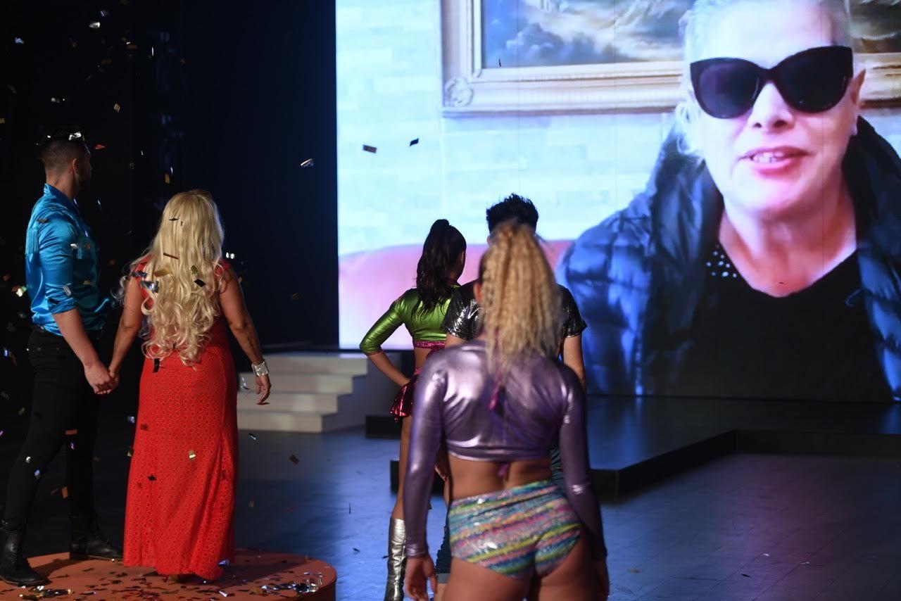 Gladys mira a Lía Crucet en la pantalla de ShowMatch