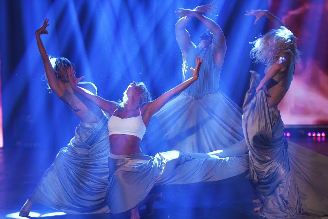 Sol Pérez bailando en medio de un impactante juego de luces