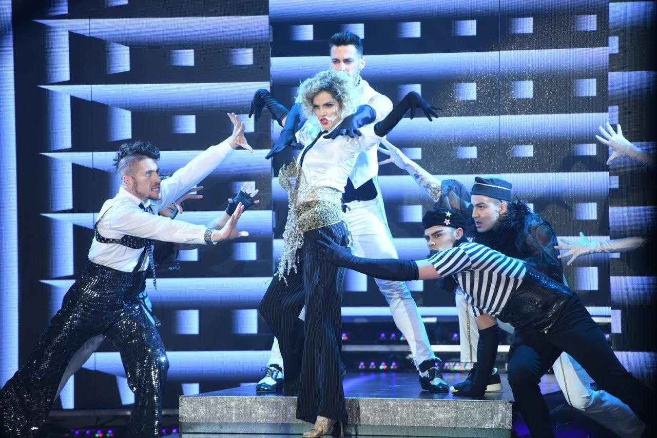 La Chipi intentando bajar las escaleras como Madonna