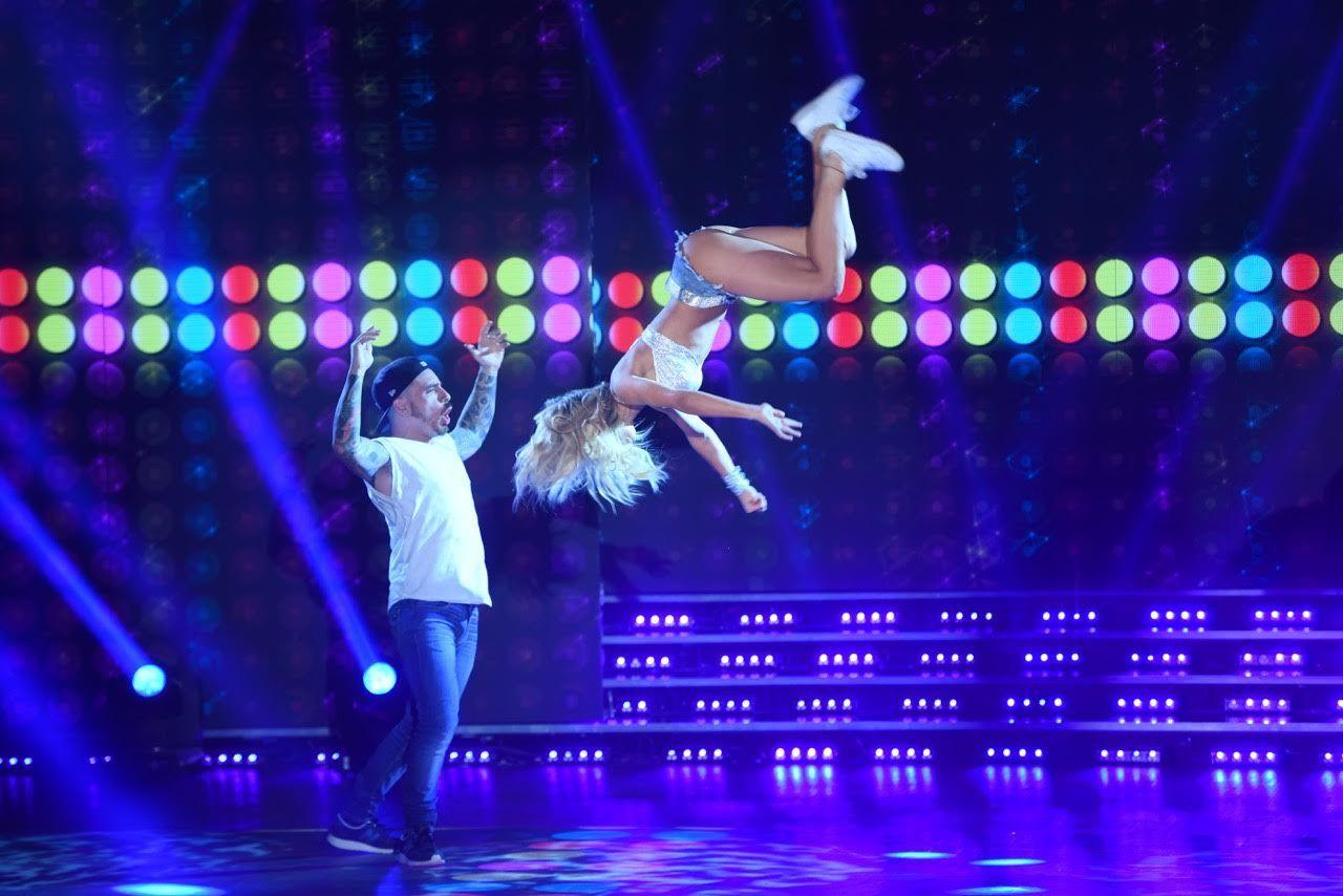 Laurita Fernández volando por los aires en la cumbia pop