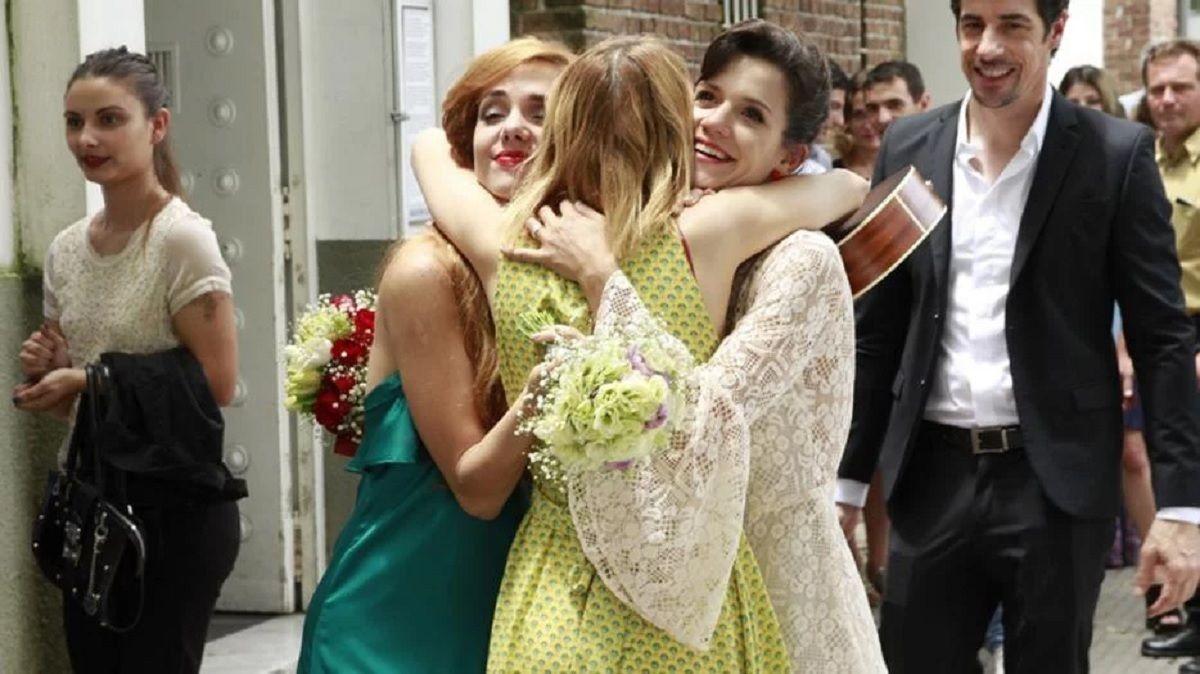 El abrazo de Florencia y Jazmín con la cantante que les regaló Somewhere over the rainbow