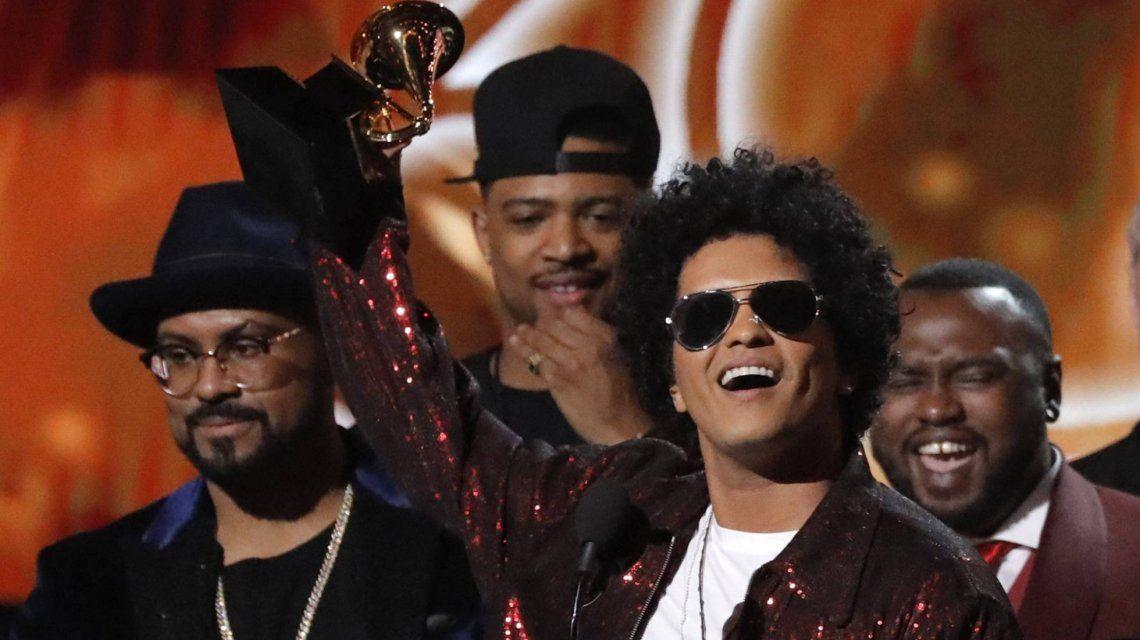 Bruno Mars con uno de los seis Grammy
