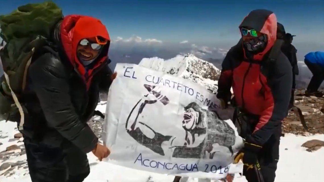 Homenaje a la Mona Jiménez en la cumbre del Aconcagua
