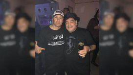 Cumbia y ovación: la noche de Diego Maradona en un recital de Damas Gratis