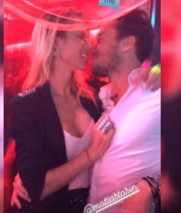 Nicole Neumann, a los besos con su novio en una disco porteña