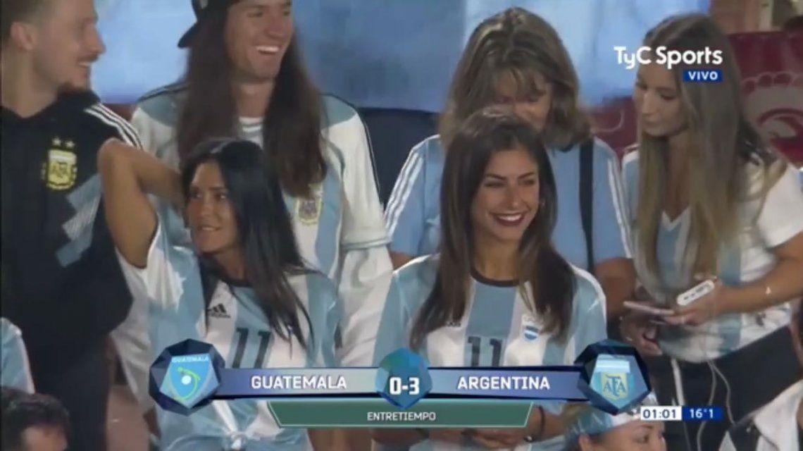 Carolina Baldini se robó todas las miradas en el debut de su hijo Gio Simeone en la Selección