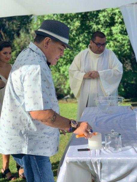 La vela encendida que tradicionalmente llevan los padrinos<br>