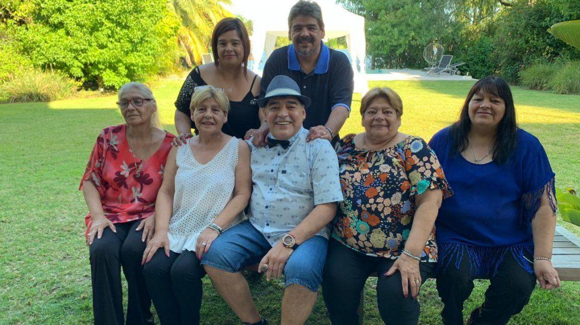 Maradona con sus hermanas y su hermano el Turco