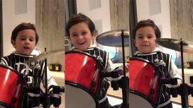 Mateo Messi tocando la batería