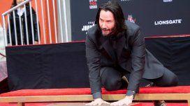 Keanu Reeves dejó sus huellas de cemento en el teatro Chino de Hollywood