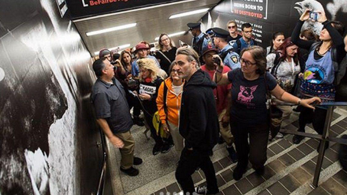 El actor Joaquín Phoenix se sumó a una protesta vegana en el subte de Toronto