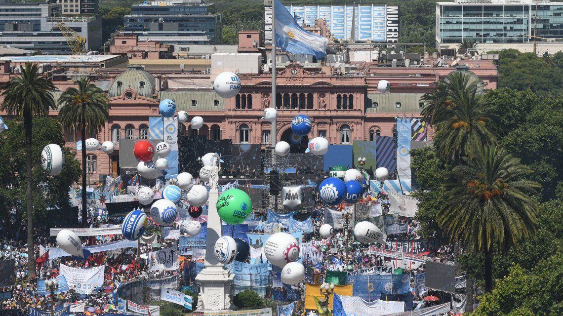 Expectativa por la sorpresa en el cierre de los festejos en Plaza de Mayo