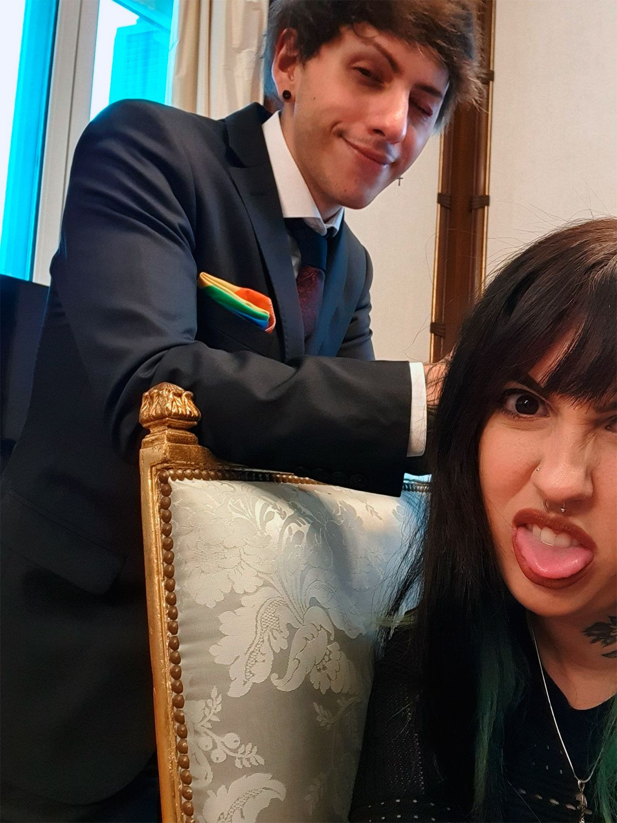 Las fotos de Estanislao Fernández con su novia en la Casa Rosada: Demasiado tiempo vestidos formalmente