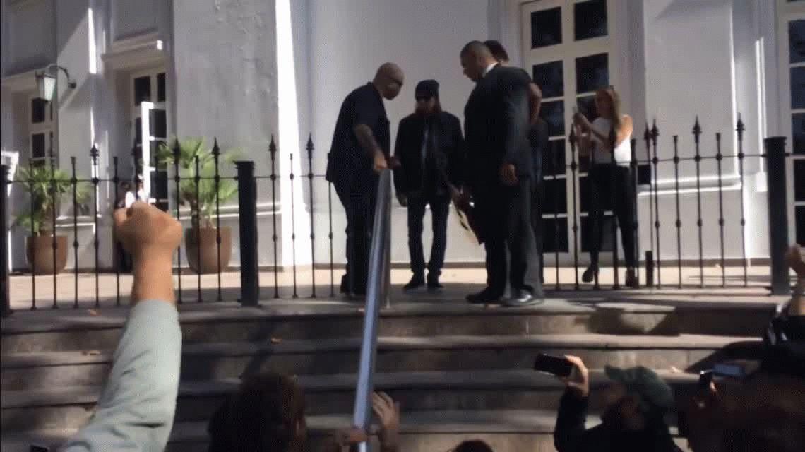 VIDEO: El líder de Megadeth tocando en la escalinata de un hotel de Mendoza