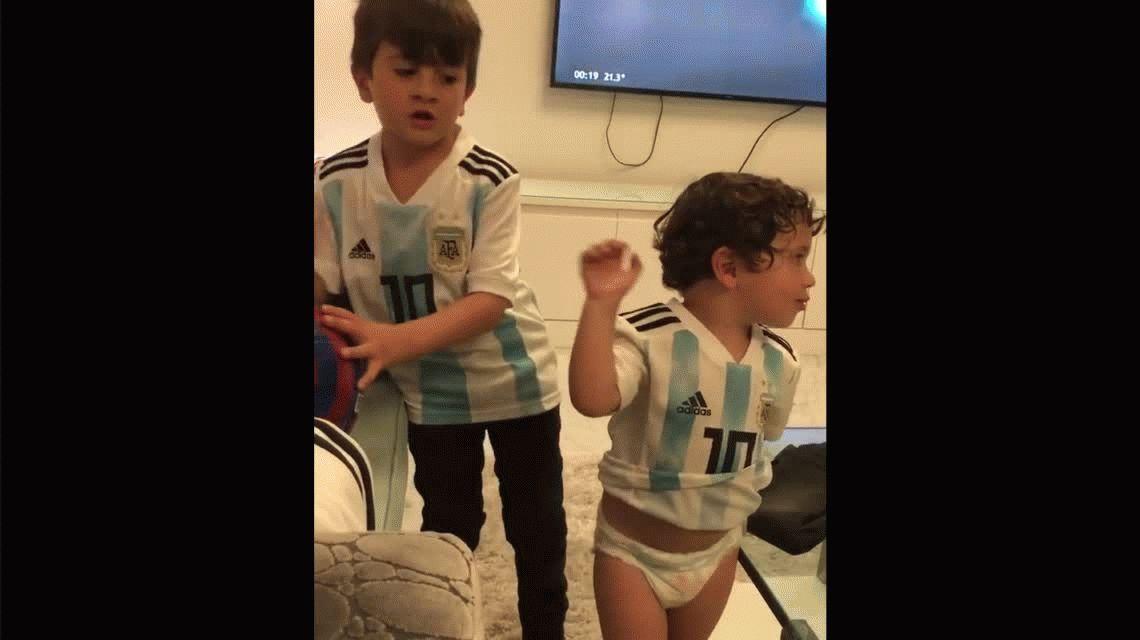 La mejor hinchada: los hijos de Messi le cantan a la Argentina