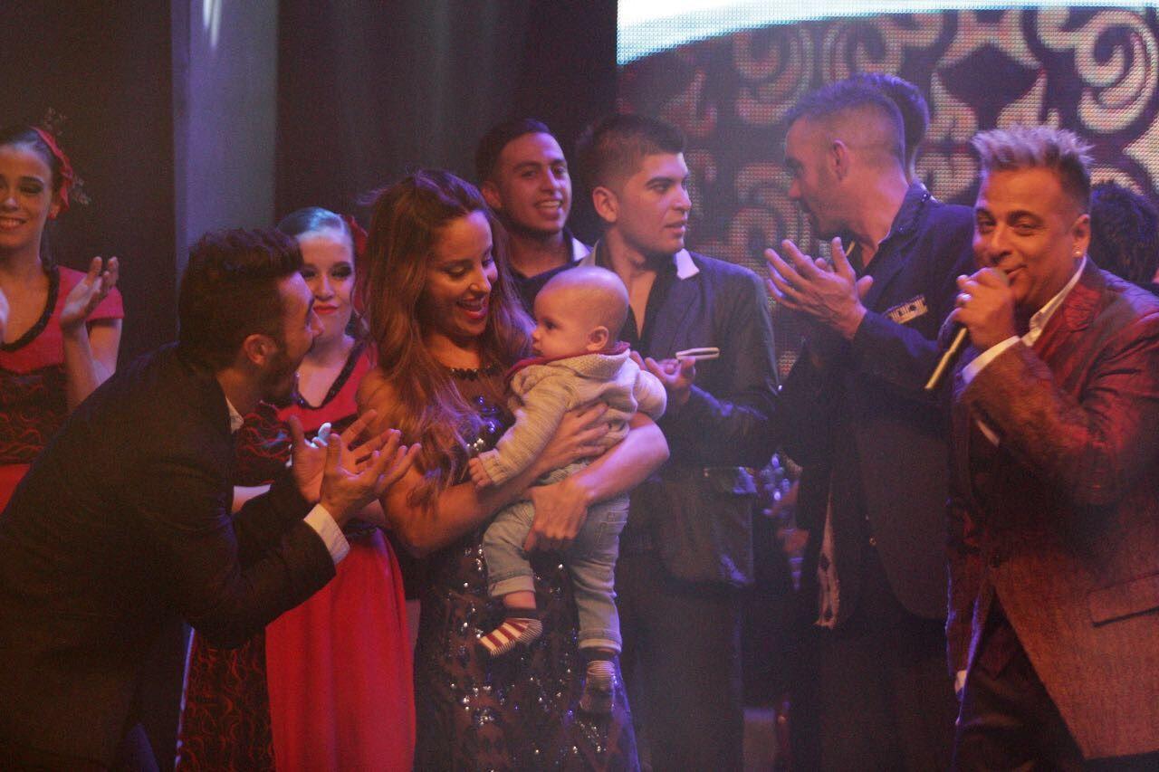 Lourdes junto a Valentín y el resto del elenco