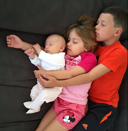 La foto más tierna de los hijos de Evangelina Anderson durmiendo abrazados
