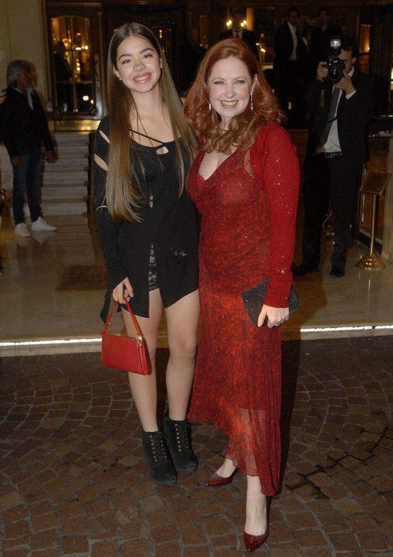 Anna Chiara junto a su madre