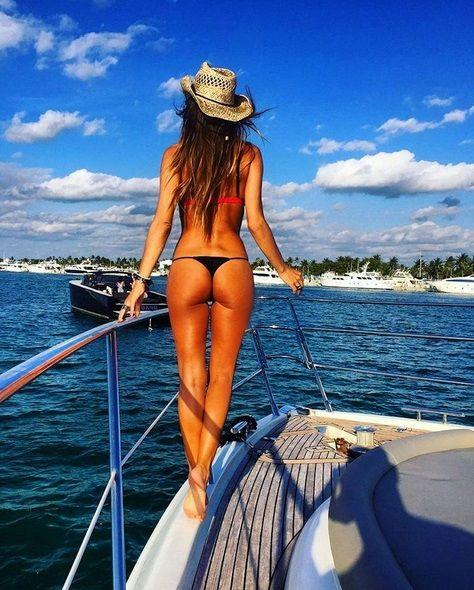 Pampita mostró la cola en un barco