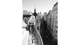 Laurita Fernández ratonea en blanco y negro