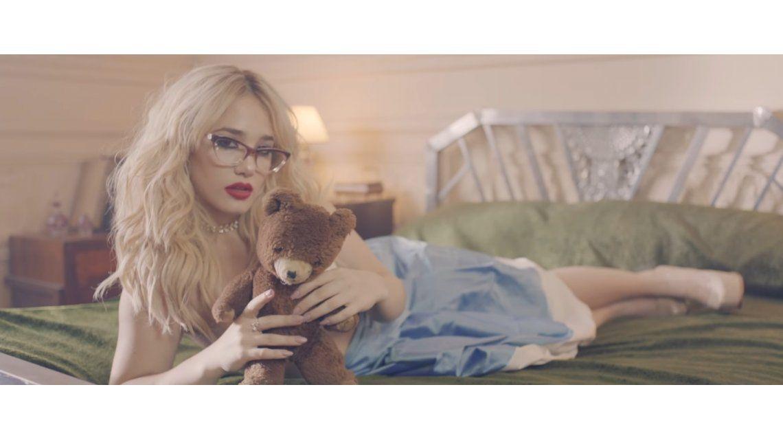 La vida rosa es el primer videoclip de Ángela