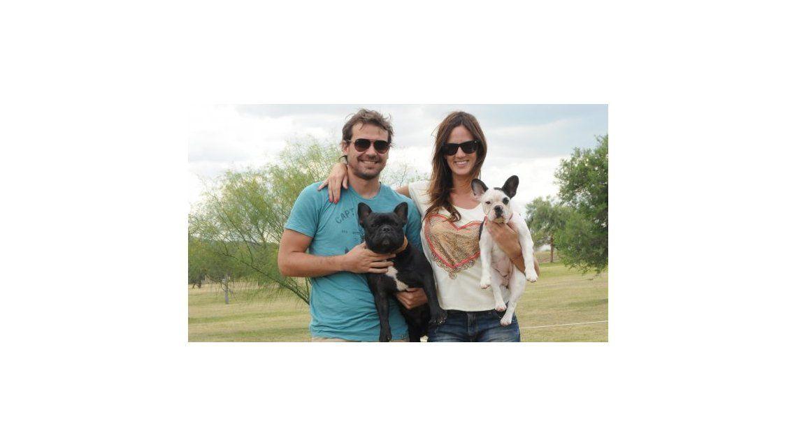 Paula Chaves y una perlita durante un movil con un perro rescatado