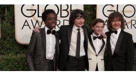 Los chicos de Stranger Things en la alfombra de los Globos de Oro