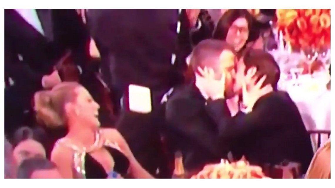 Beso entre Ryan Reynolds y Andrew Garfield en los Globos de Oro