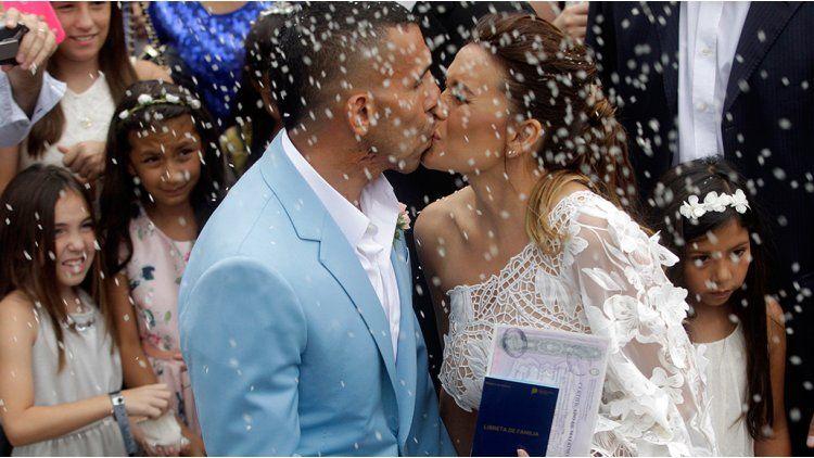 El beso de Tevez y Vanesa