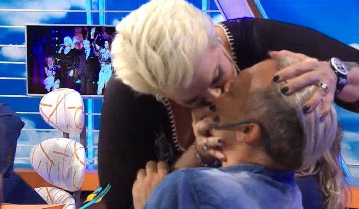 Carmen le comió la boca a Tartu