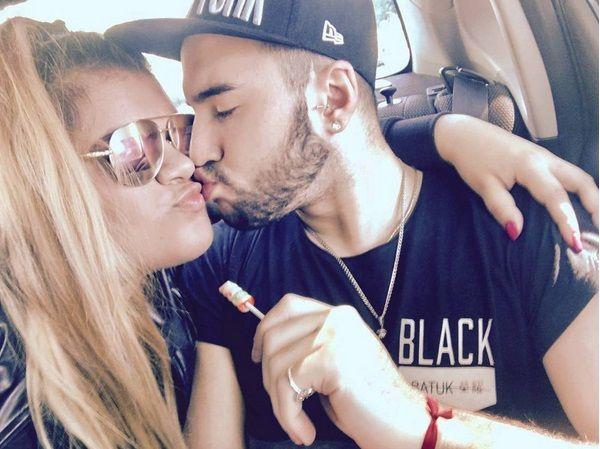 Romántico beso y mensajes entre Morena Rial y su novio.