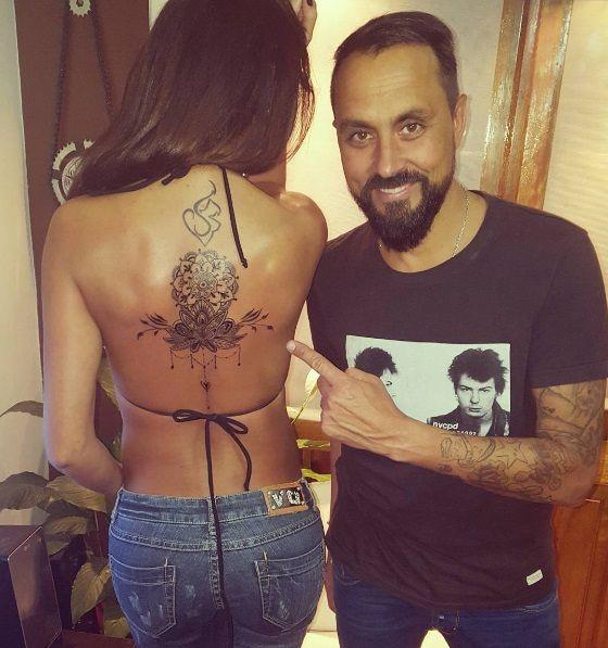 VIDEO: Pamela Sosa se animó a tatuarse un gran dibujo en la espalda