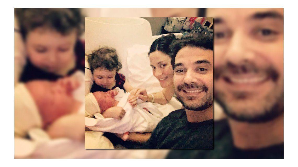 La tierna foto de Paula y Pedro con Baltazar y Oli.