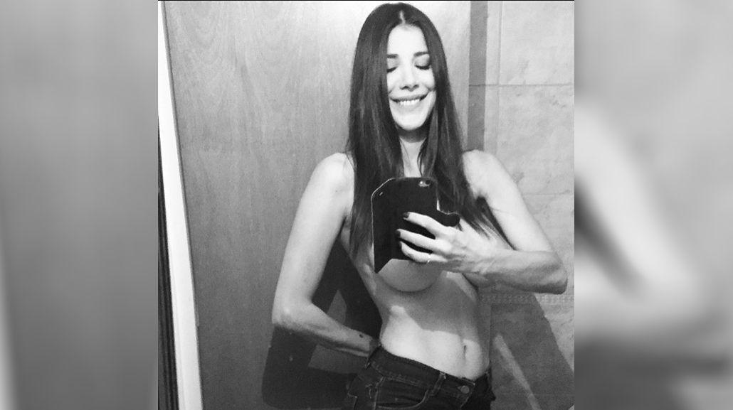 Andrea Rincón se desnuda y se tapa sólo con un celular