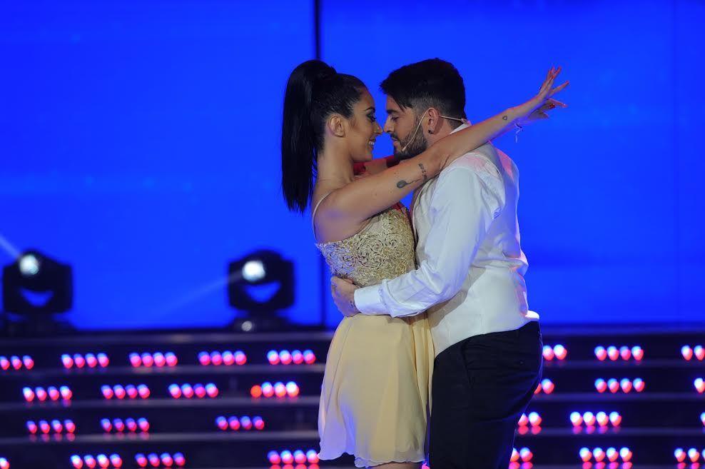 ¡Romanticismo! Diego Junior cantó, bailó con su mujer, y al final se dieron fogosos besos