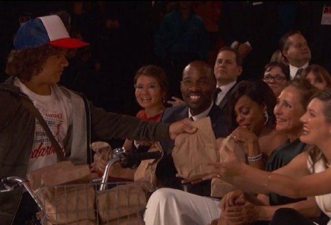 Los chicos de Stranger Things se encargaron de la cena en los Emmys 2016