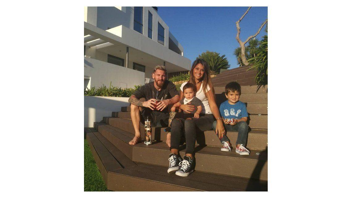 La tierna foto familiar de Messi con Antonella Roccuzzo y sus hijos: Los amo