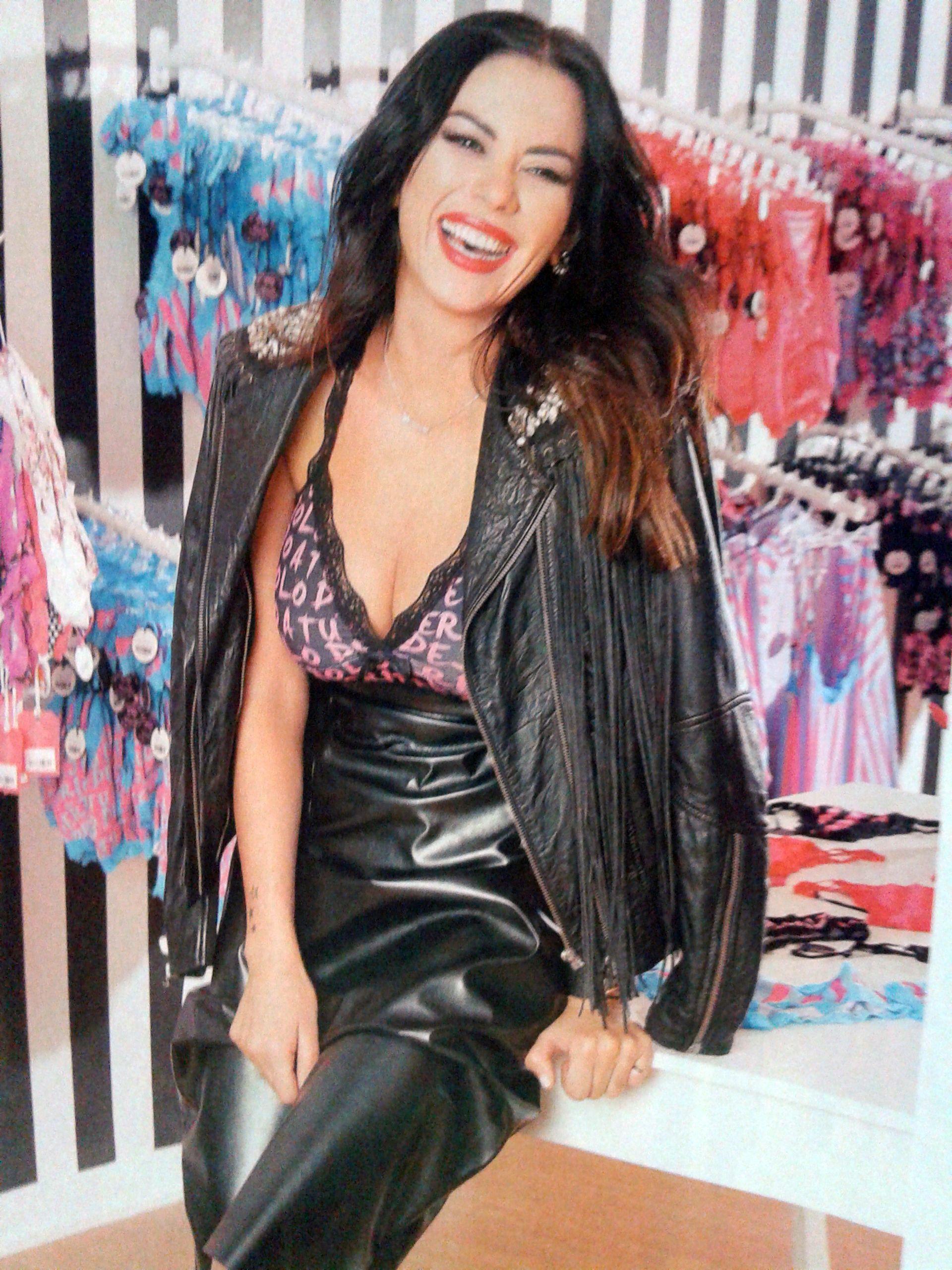Con escotes muy provocativos, Karina Jelinek asegura: Voy a ser vendedora en mi propio local