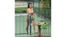 Kim Kardashian provoca jugando al tenis en bikini en México
