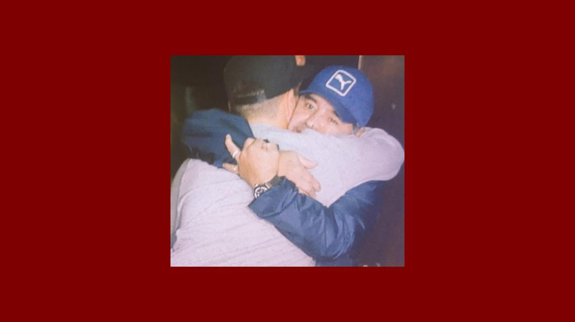 La postal más esperada: la foto del gran beso y abrazo de Maradona a Diego Junior