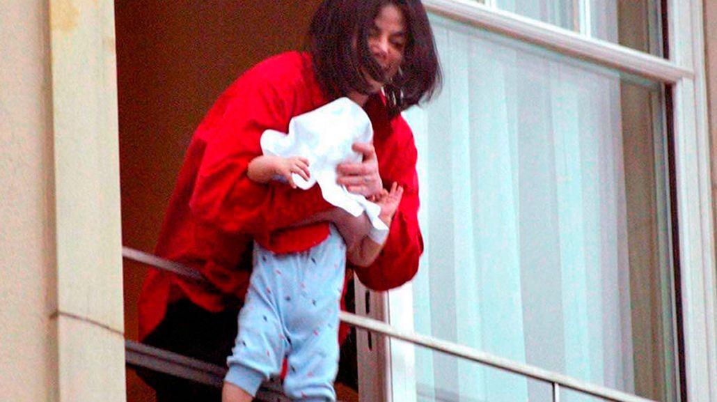 ¿Cómo está hoy el hijo de Michael Jackson de la famosa escena del balcón?