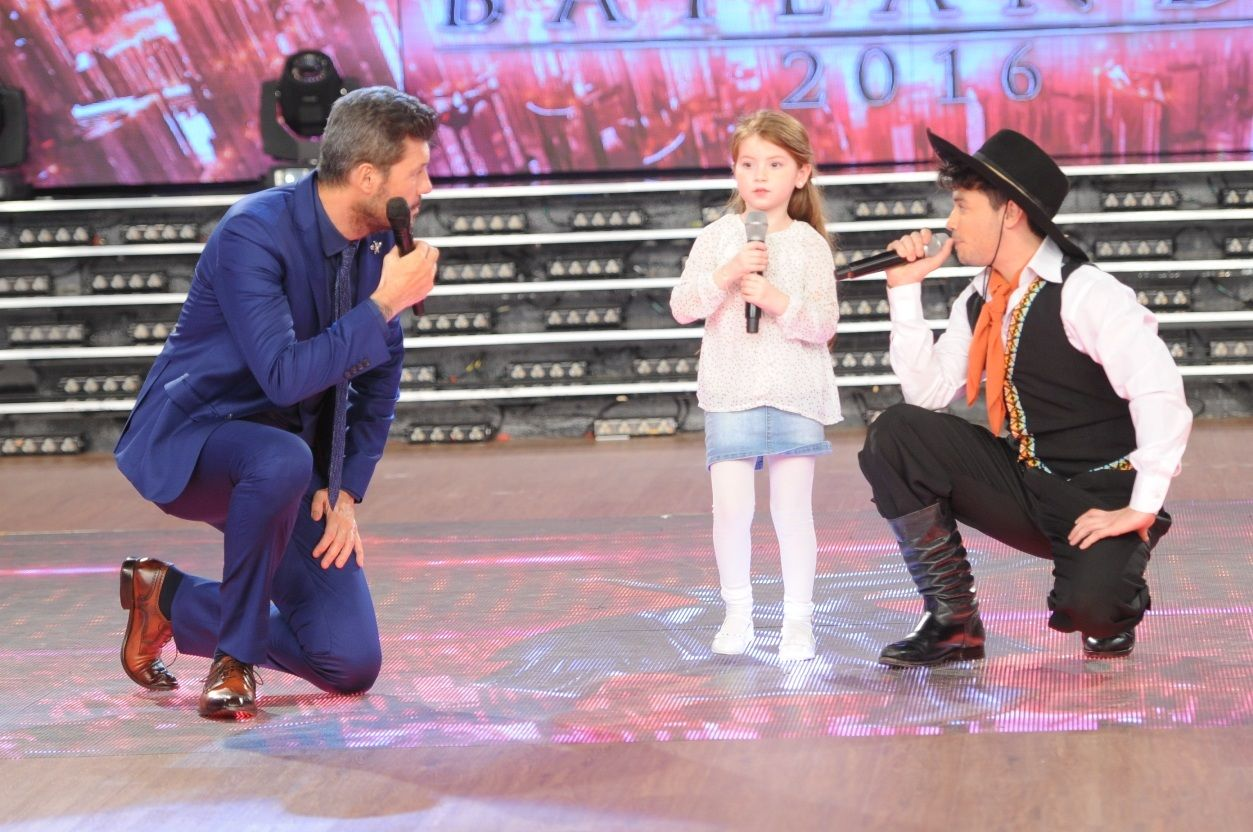 ¡El show más especial! Agustín Casanova cantó Loquita con Jazmín, una fan ¡de cinco años!