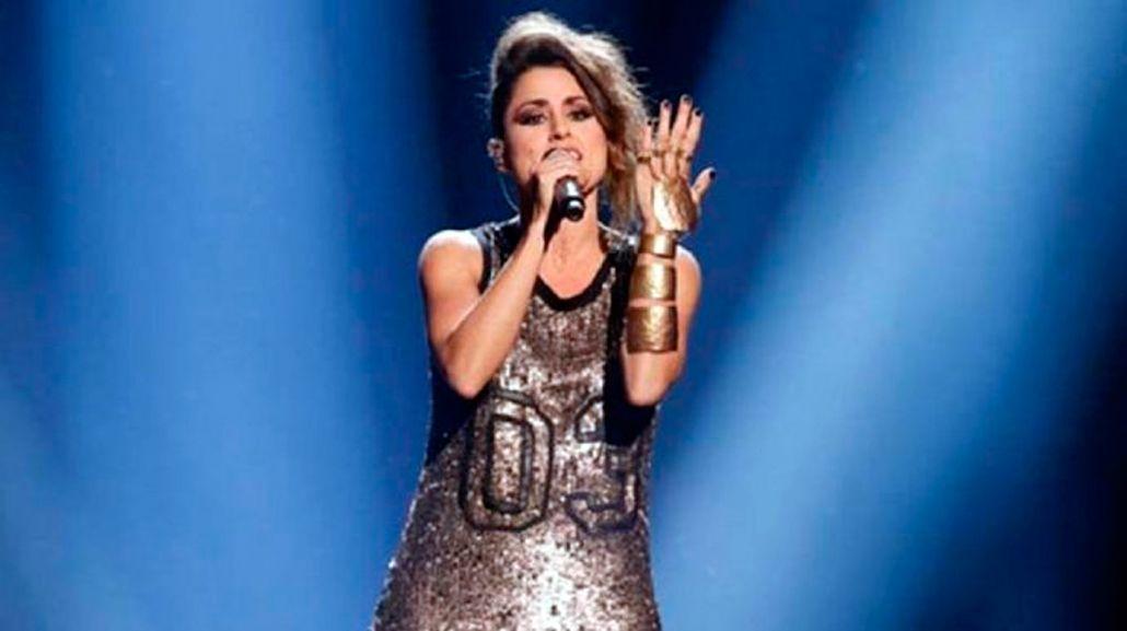 El accidente hot de una cantante: se le cayó la bombacha en pleno show
