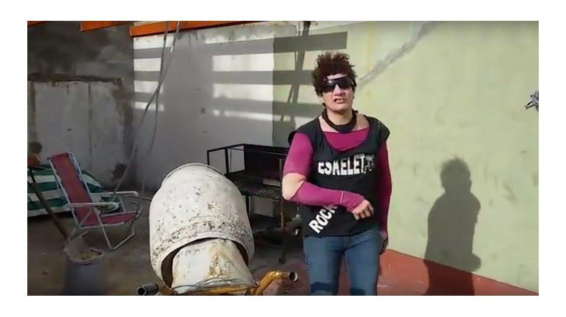 Pity Álvarez y sus locuras: promocionó un recital saliendo de una mezcladora de cemento