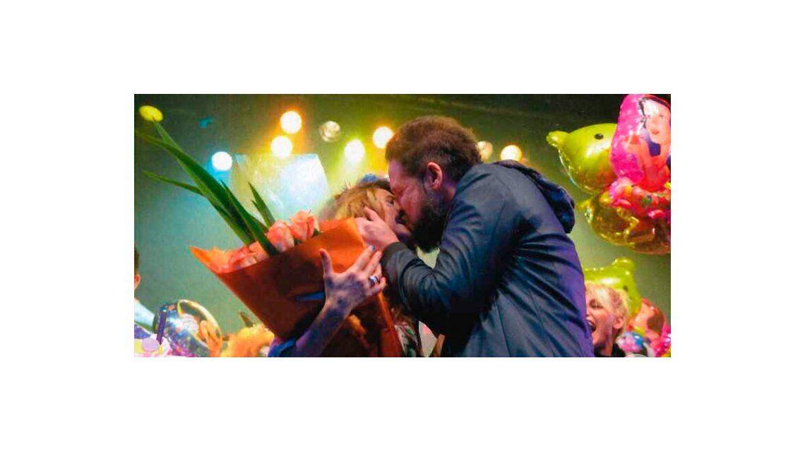 El novio de Stefy Xipolitakis, de rodillas sobre el escenario del teatro: ¿Te querés casar conmigo?