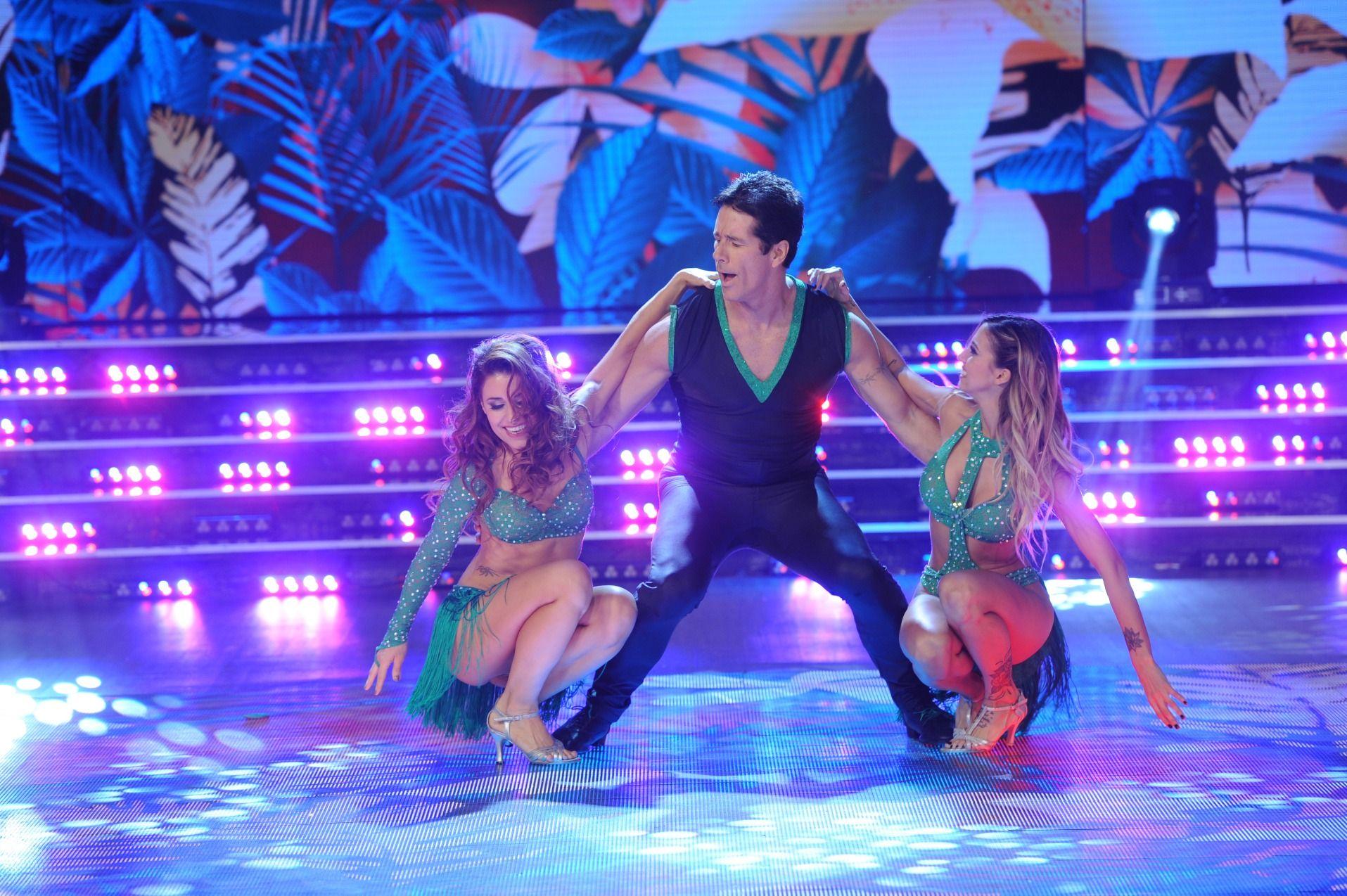 ¡Imparables! El apasionado (y largo) beso de Mariana Brey y Fernando Carrillo en la salsa en trío