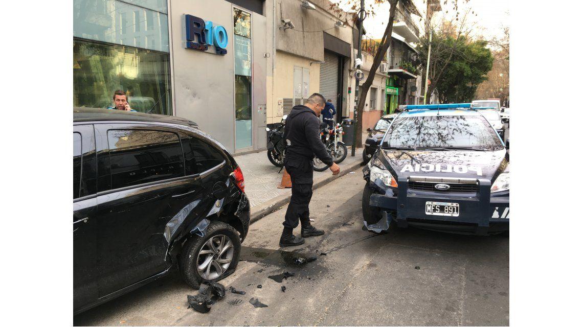 No fue tragedia de milagro: policía chocó un auto de periodista de Radio 10 y lo subió a la vereda