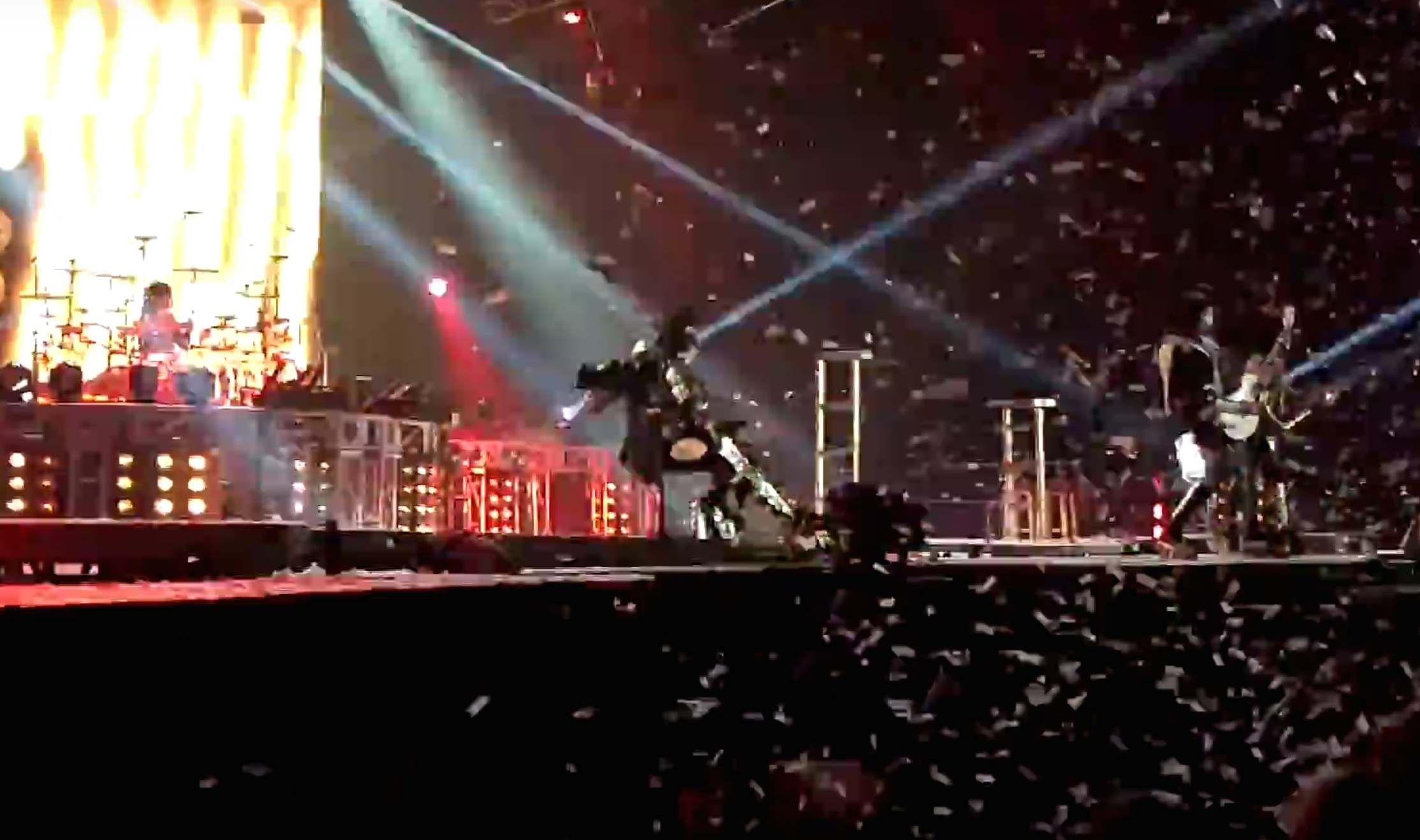 Tremenda caída de Gene Simmons, de Kiss, en pleno show: cayó de espaldas y no podía pararse