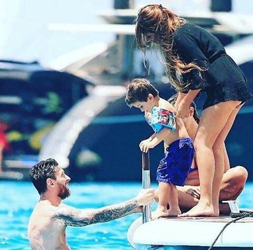 A puro relax y en un lujoso yate: las fotos de las vacaciones de Messi y su familia en Ibiza